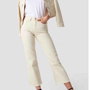 Säljer dessa ursnygga jeans! Dom är helt nya och aldrig använda så i nytt skick☺️ Storlek:36. köpta på na-kd för 499 kr. Frakt : 50 kr