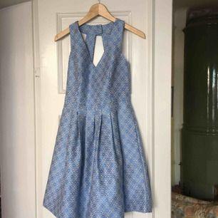 Banana Republic-klänning använd en gång! Köpt för drygt 1600 kr!!  Underkjol, fickor, dragkedja och klädd knapp i nacken. Så fint tyg och smickrande form!