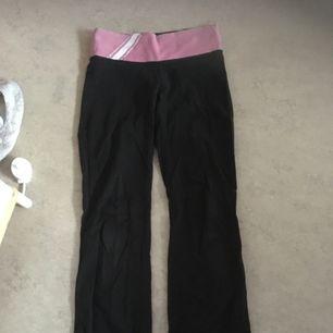 Yoga pants i bootcut från pink i använt skick. Köpt för ca 400 kr. Köparen står för kostnad av frakt.