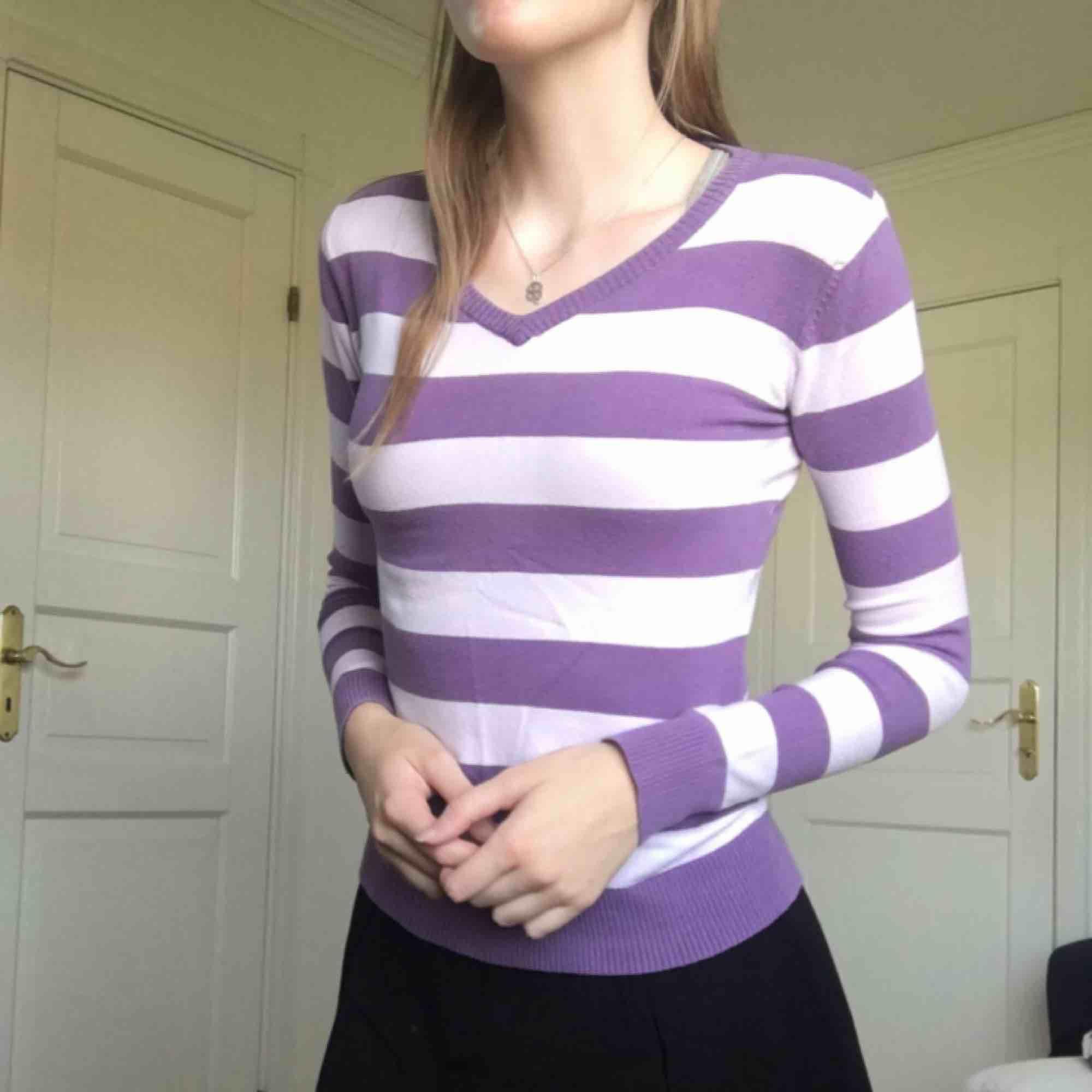 Randig långärmad tröja i fint skick. ~frakt(36kr) ingår i priset. Tröjor & Koftor.