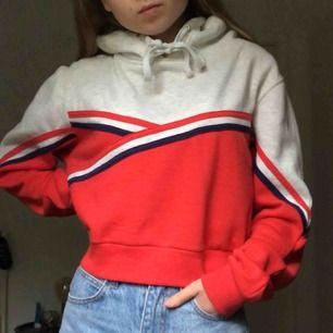 Världens mysigaste sweatshirt som inte riktigt är min stil längre, därför säljer jag den! Ganska kort i modellen. Köparen står för frakt!:)