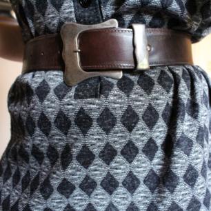 Jag bjuder på frakten 🌺  mörkbrunt läderbälte med stort spänne i silver. Det är lite