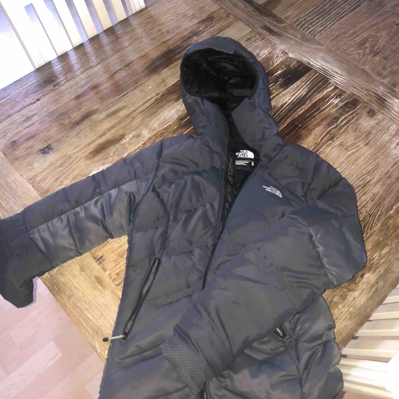 Säljer min fina vinter jacka😊 köptes förra vintern men är inte så mycket använd, kan skickas mot frakt kostnad💖 kan även tänka mig att sänka priset vid snabb affär . Jackor.
