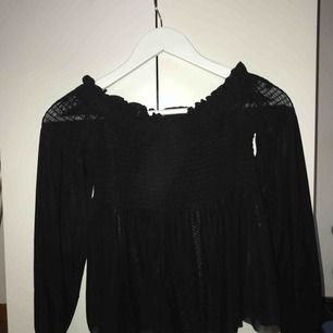 En off-shoulder tröja från Gina Tricot. Storlek S. Köpt för 199kr. Väldigt bra skick.  Frakt tillkommer