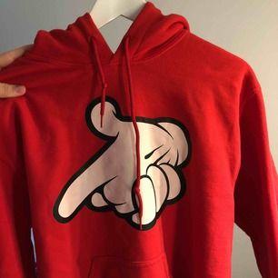 """Hoodie med tryck med """"Musse Pigg händer"""" som gör pistol tecken. köpt på shirtstore för ca 2 år sen, använt men fint skick.   Betalning sker via swish💸 Köparen står för frakt💕"""