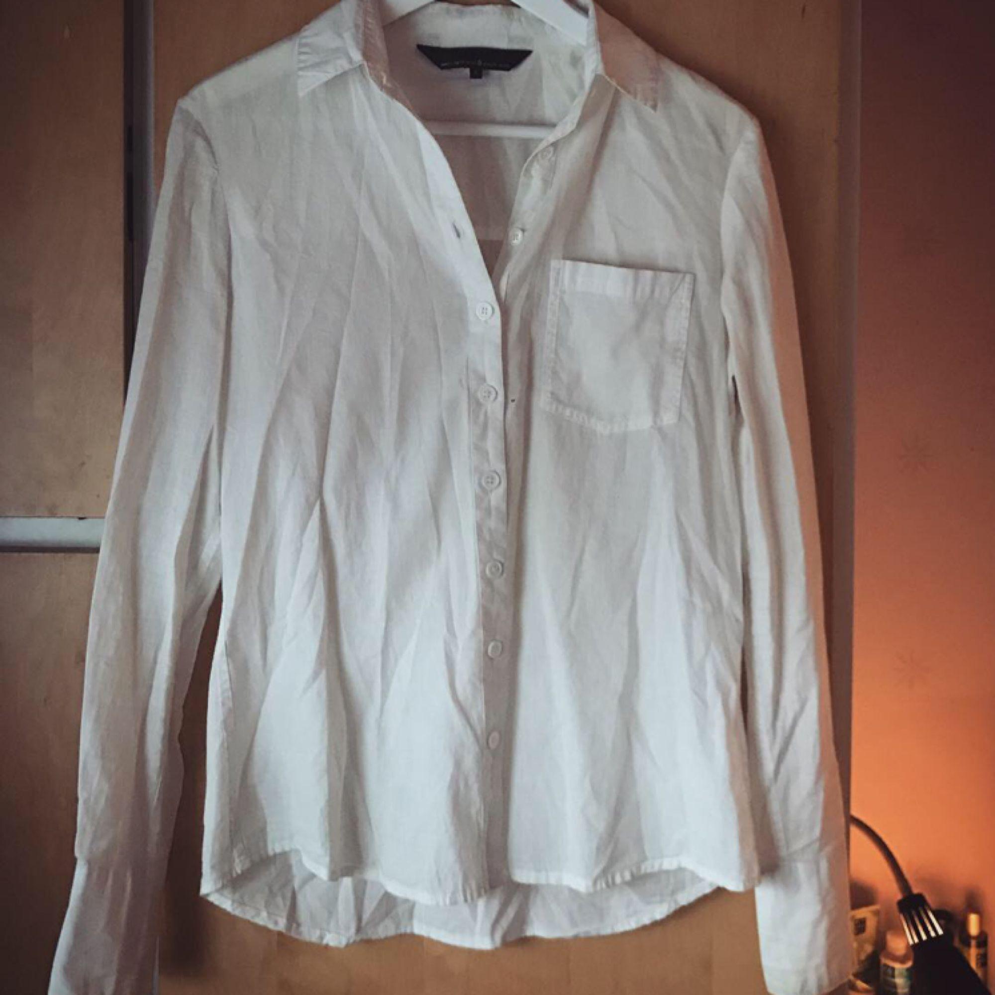 Säljer denna perfekta vita skjortan som verkligen passar till allt. Den är verkligen i så bra skick och i väldigt fint och skönt material, använd ytterst lite. Ifrån Mary Kate and Ashley Olsens kollektion för Bikbok 2013 (Limited edition).. Skjortor.