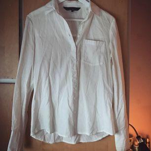 Säljer denna perfekta vita skjortan som verkligen passar till allt. Den är verkligen i så bra skick och i väldigt fint och skönt material, använd ytterst lite. Ifrån Mary Kate and Ashley Olsens kollektion för Bikbok 2013 (Limited edition).