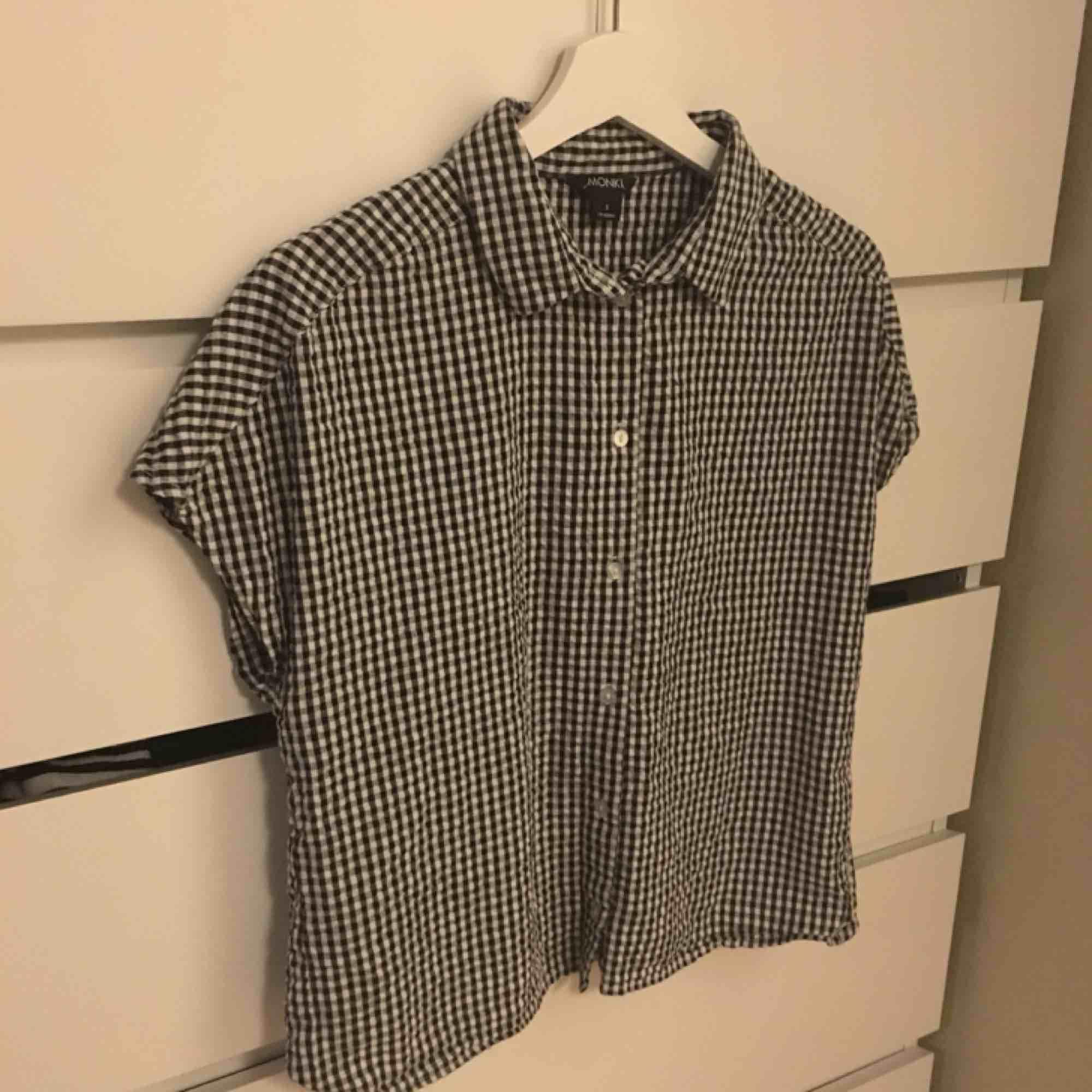 Fin rutig skjorta med öppen rygg från monki. 100% bomull🌱 Storlek  S ... 5c09ab632d98b