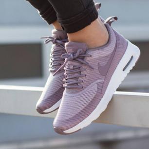 Modell: Nike air max thea. Färg: Plum fog. Köpte de för ca.1200 kr och de är knappt använda. Obs. Inte mina bilder