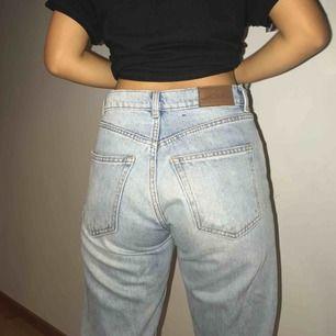 Ett par snygga ripped mom jeans från Monki, passar från XS - M ung. Så snygga och i bra skick! MÖTS I STOCKHOLM!