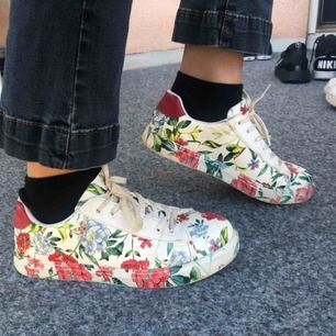 Trendiga blommiga/vita sneakers med röd bakkant från new look. Inköpta förra våren men säljer pga använder inte. I fint skick!  Kan mötas upp i Kalmar eller posta, med då står köparen för frakt.