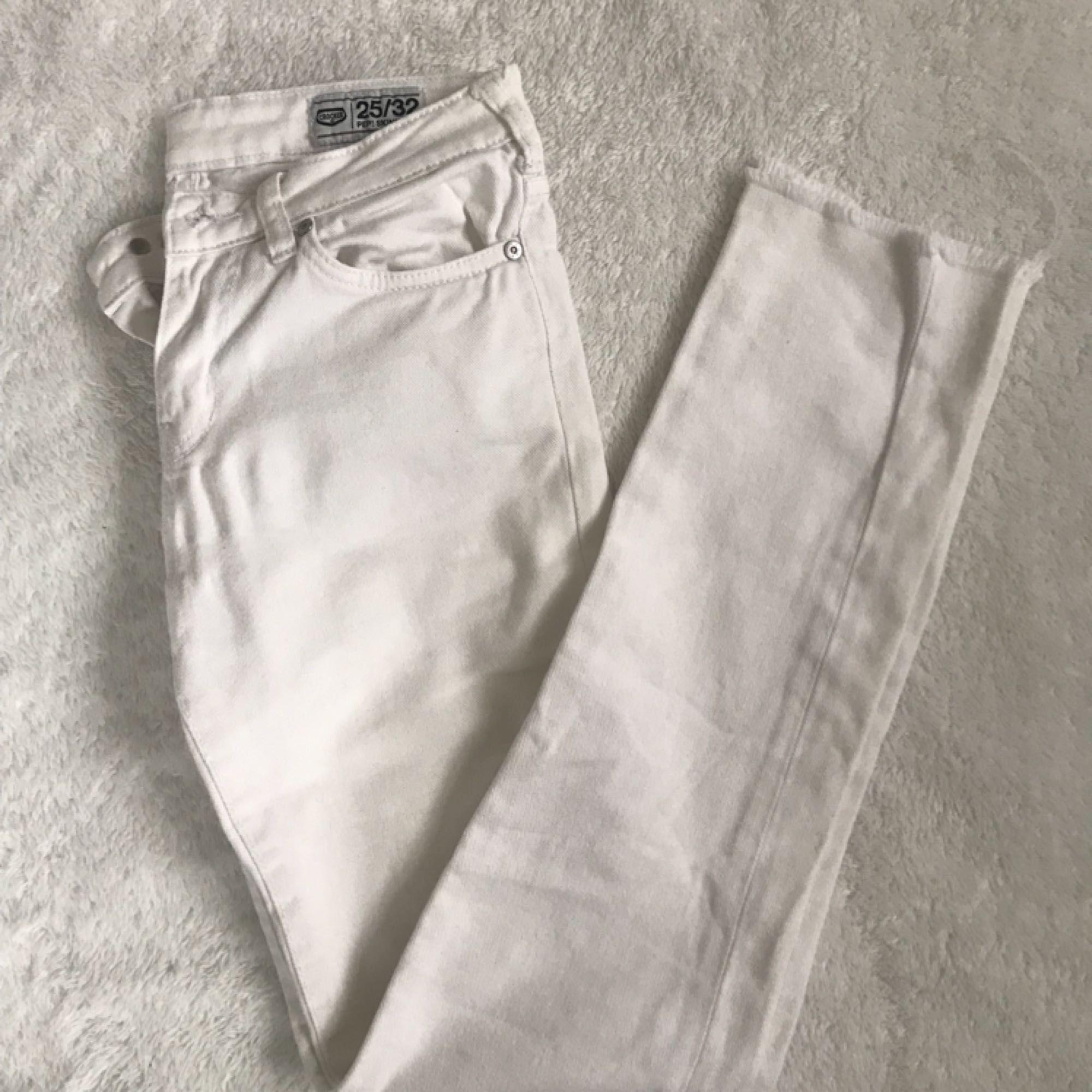 Superfina vita jeans från Crocker. Endast använd ett fåtal gånger. Säljer för att de tyvärr blivit för små. Inte missfärgade alls. 😊 Priset är exklusive frakt. Kan fick gå ner i pris vid snabb affär. . Jeans & Byxor.