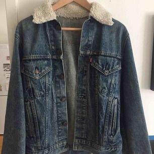 Fin Levi's jeansjacka inköpt på Beyond retro. Den är i bra skick, och har inte använt den så mycket.  Står ingen storlek, men skulle säga att den passar en S-M.  Med frakt blir det 325kr :)