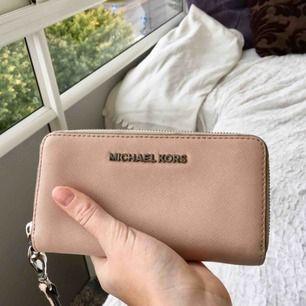 """Hudfärgad jetset Michael kors plånbok, köpt för 1500 kr. Bra skick på """"skinet"""" ser den ut som helt ny. Tar ett lågt pris då metalldelarna lite är """"blekta"""" då jag haft den mkt utomlands i sol och nära saltvatten."""