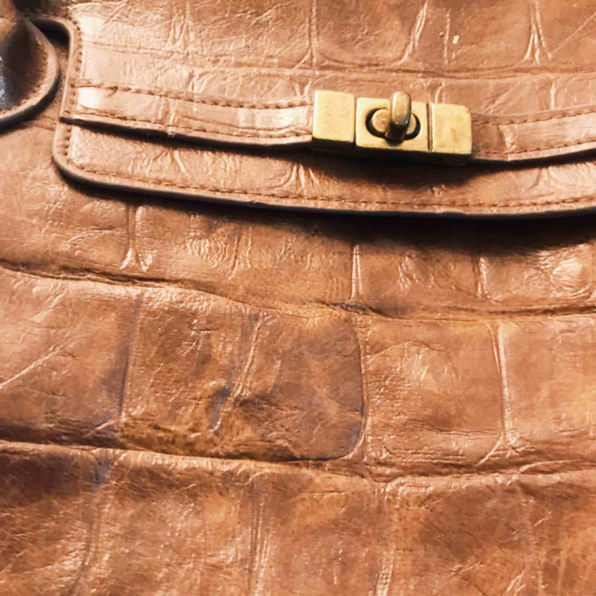 Superfin väska i brun fake-skinn. Bra med fack för mobil etc. på insidan. Använd ett fåtal gånger.. Väskor.