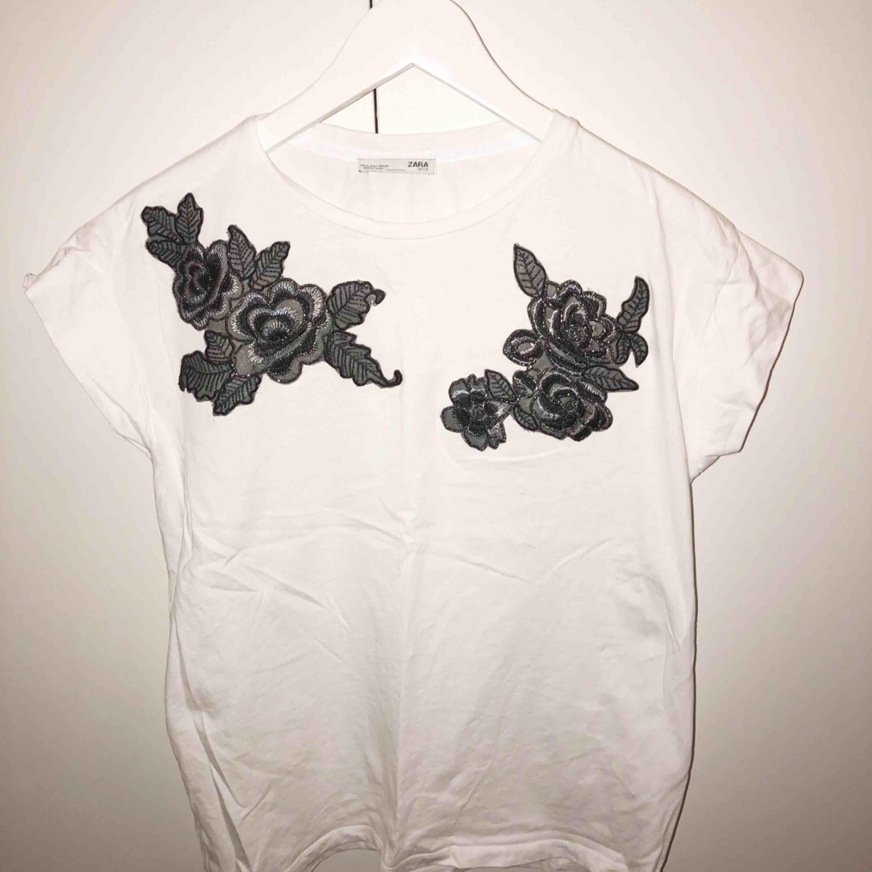 T-shirt från zara, Säljer pågrund av att den knappt används, så den är i väldigt bra skick . T-shirts.