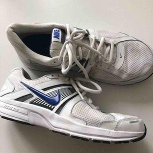 Vita träningsskor från Nike. Lite smutsiga men väldigt sällan använda och därför i väldigt bra skick.