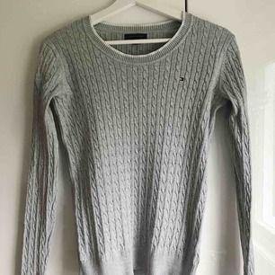 Supersnygg kabelstickad tröja från Tommy Hilfiger. Den är i väldigt bra skick✨✨ Eventuell frakt tillkommer