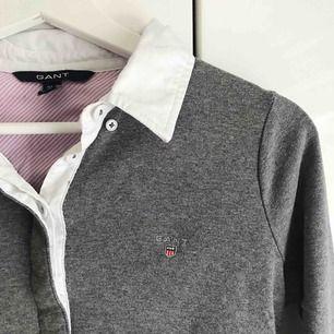 Snygg och väldigt bekväm tröja från GANT, mer likt en skjorta✨✨ Den är knappt använd så plagget är i bra skick. Eventuell frakt tillkommer.