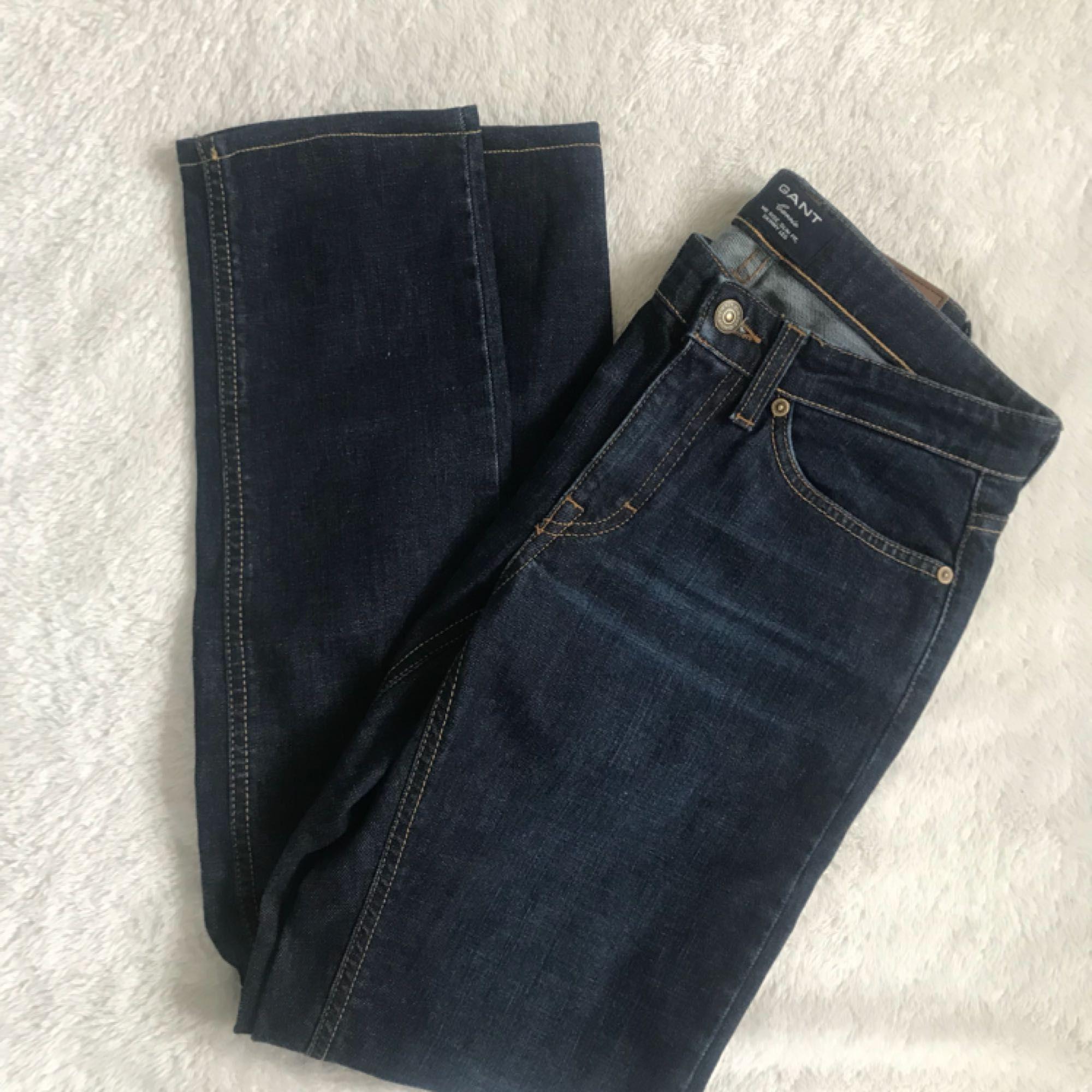 Ett par mörkblåa Gantjeans. Helt nya, endast provade. Fick i födelsedagspresent men var tyvärr för små och tiden för byte var ute. Verkligen jättesnygga och perfekta för hösten! 😊 Priset är exklusive frakt. Kan fick gå ner i pris vid snabb affär. . Jeans & Byxor.