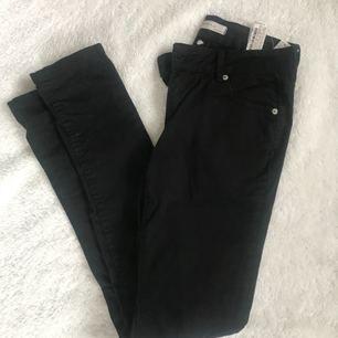 Svarta jeans från Zara. Köpta på Plick men de var försmå. Inte något missfärgade utan de är helt svarta.   Supersnygga verkligen. Mycket stretchiga och i fint skick. 😊  Priset är exklusive frakt men priset kan diskuteras vid snabb affär.