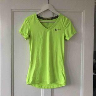 Neongul Nike PRO t-shirt. Mkt fint skick! Frakt ingår i priset.