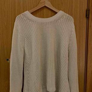 Vit stickad tröja från hm. Storlek XL men passar en S/M om man vill att den ska sitta lite lösare.