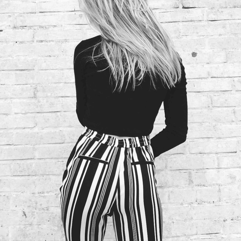 Super snygga byxor med härligt mönster som jag tyvärr inte använder så ofta som jag önskar! Har för mycket byxor. Frakten är inkluderad och dm för mer info :) (Mina bilder). Jeans & Byxor.