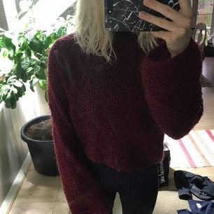 Super härlig, luftig och snygg stickad tröja som är i en vinröd färg som passar perfekt nu till hösten!
