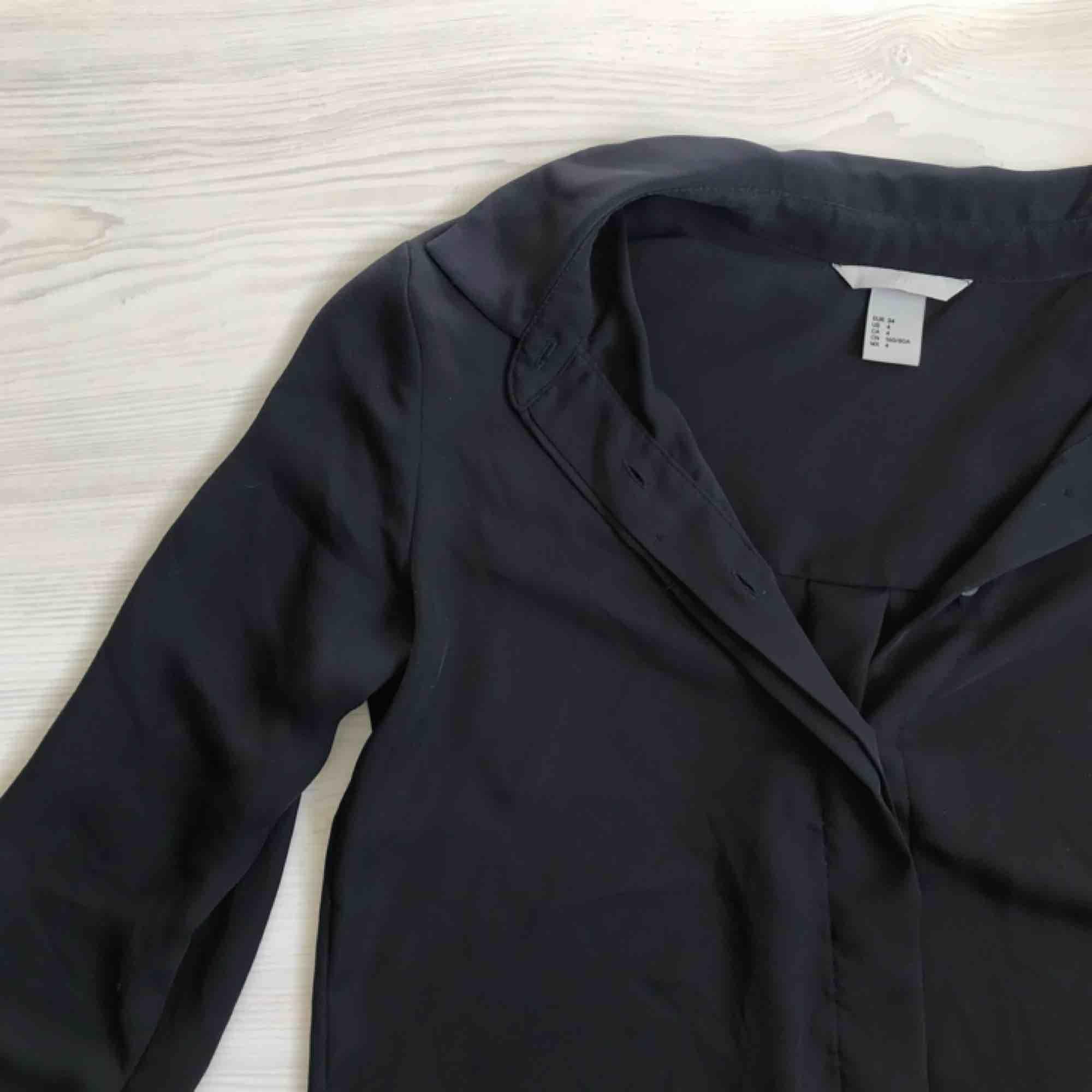 Marinblå blus/skjorta från hm i fint skick 🌟🌟 frakt tillkommer. Blusar.