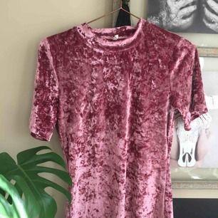 Rosa velvet t-shirt! Storlek M men sitter som en S!
