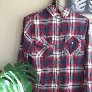 Fin flanellskjorta från carlings. Står XS men sitter snyggt oversize på mig med S