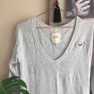 Snygg v-ringad stickad tröja från Hollister. Står XS men sitter snyggt oversize på mig som har S.