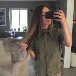 Snygg grön mochaliknande skjorta från hm. Står att det är storlek 40 men sitter relativt tight på mig som har S