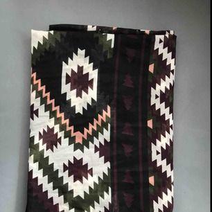 Köparen står för frakt, jättefin halsduk / sjal - den är ganska tunn.