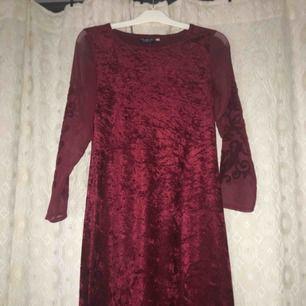 En av mammas fina långklänningar! I sammet, detaljer på ärmarna. Använd ca fem gånger. Ingen av oss går dessvärre i den längre så kan ej visa hur den ser ut på. På mig går den ner till vristerna, så den är rätt lång. Betalas via swish, frakt ingår! ✨