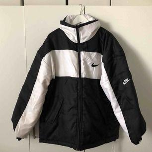 Sviiiiinsnygg Nike jacka till vintern !! I väldigt bra skick och varm. Frakt ingår ej. Går att använda både insida och utsida på jackan.