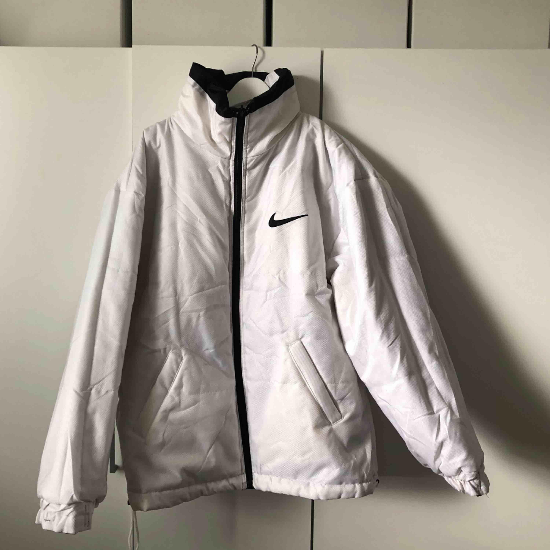 Sviiiiinsnygg Nike jacka till vintern !! I väldigt bra skick och varm. Frakt ingår ej. Går att använda både insida och utsida på jackan.. Jackor.