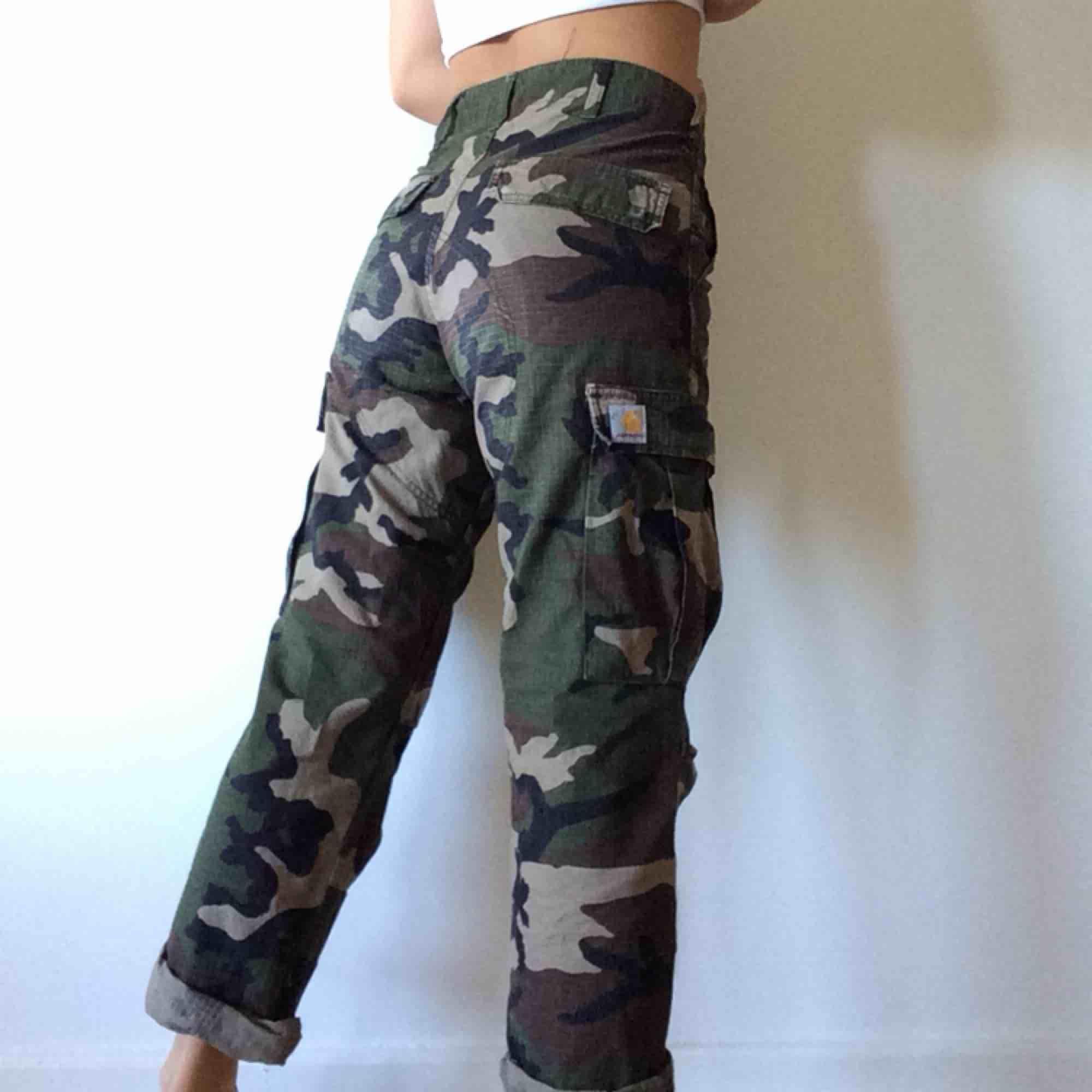 Camouflage byxor från Carhartt, köpta för 1099kr. Mellan-hög midja. 28x32. . Jeans & Byxor.
