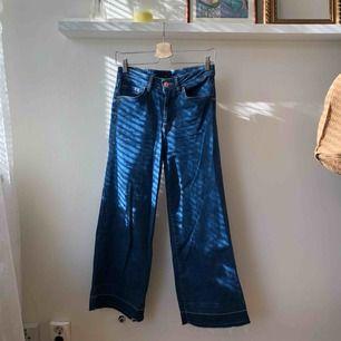 Blå culotte jeans med rå kant. Stretchig. Sparsamt använda. Priset inkluderar frakt 👖