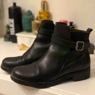 Boots i läder från Scorett. Märke - sixtyseven. Använts några gånger. Inköpspris: 1299kr
