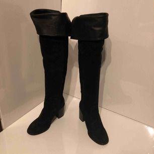 Svarta knee high boots från Henry kole med läder insida. Stolek 40. Möts gärna up för att lämna skorna.