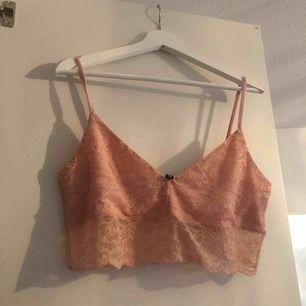 Spetstopp från H&M. Använd en gång. Färg: persika.   Frakt tillkommer på 39 om köparen ej bor i  Kalmar. Köpare betalar frakten. Betalning via swish 💫