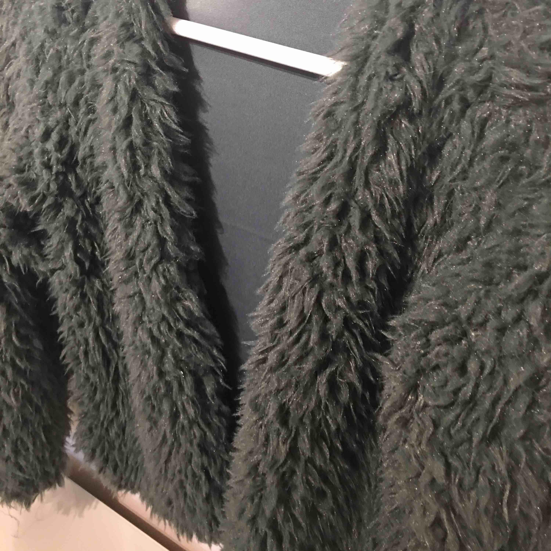 Passar även S Fluffig grön kofta från ginatricot. Jackor.