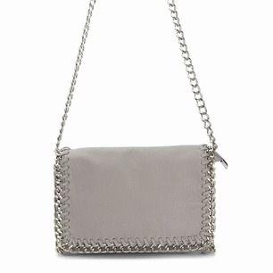 Säljer denna populära väska ifrån scorett pga att jag har en liknande. Hur snygg som helst och passar till allt. Det är den lite större varianten. Mycket bra skick. Frakt tillkommer!!💖 Köptes för 400kr