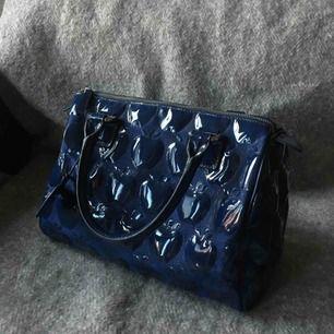 En underbar väska från Tosca Blu! Den är begagnad men orginalpriset var ungefär 1000-2000 kr! Det är tre sidofack i väskan, ett av dem med dragkedja!  Kan mötas upp i Stockholm!   Pruta!