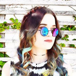 Runda solglasögon från Hindsight Vintage som reflekterar i lila/blått. Frakt diskuteras vid köp 💗