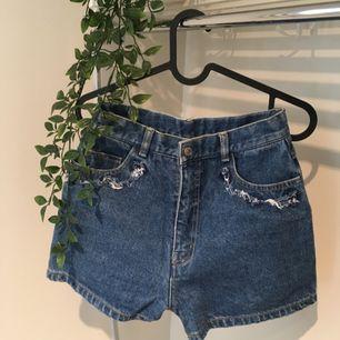 Slitna shorts köpta på secondhand. Frakt diskuteras vid köp 💗