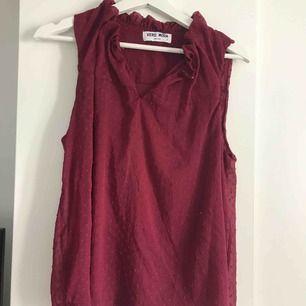 Jättefint linne från vero moda som är i en höstig röd färg. Man kan ha det knäpp eller öppet beroende på vad man känner för. Använd en gång.