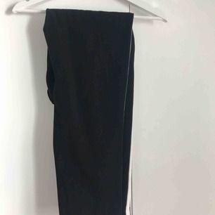 Svart kostym byxor från zara med en vit rand längst benet. Använd ett par gånger. Sälj pga att dom inte passar mig längre vilket är synd då jag gillar dom starkt!